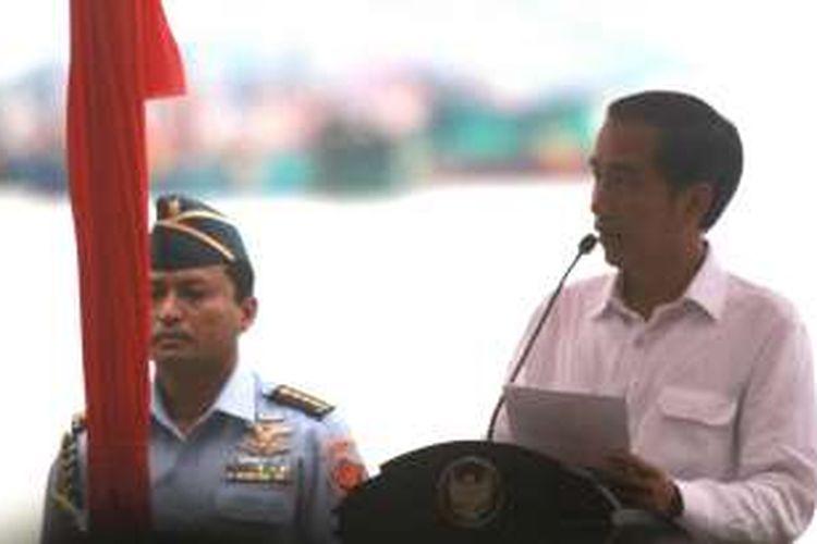 Presiden Joko Widodo saat menyampaikan sambutan dalam rangkaian puncak Sail Selat Karimata di Pantai Pulau Datok, Kabupaten Kayong Utara, Kalimantan Barat (15/10/2016)