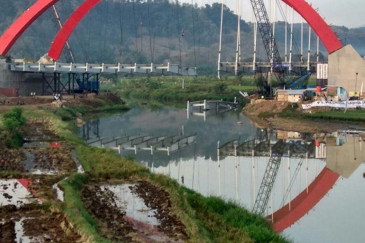 Dua cross girder Jembatan Kalikuto yang jatuh di sungai.
