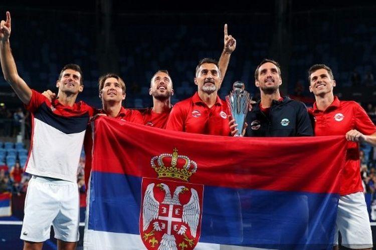Novak Djokovic (kiri) merayakan dengan rekan setim negara Serbia setelah menang dalam ajang Piala ATP, Minggu (12/1/2020) di Australia.