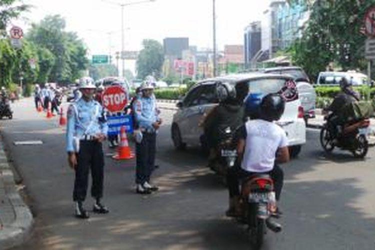 Jalan Otista Raya, Jatinegara, Jakarta Timur, Senin (30/3/2015) mendadak dipenuhi oleh aparat berseragam polisi militer TNI. Marka dan rambu peringatan mengenai adanya razia dibentang ditepi jalan. Para petugas ini adalah polisi militer (POM) TNI dari tiga angkatan, darat (AD), laut (AL) dan udara (AU).