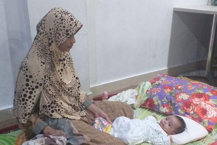 Salah satu bayi berusia dua bulan dibawa mengungsi orangtuanya ke posko kesehatan di Pekanbaru, Riau, Senin (16/9/2019).