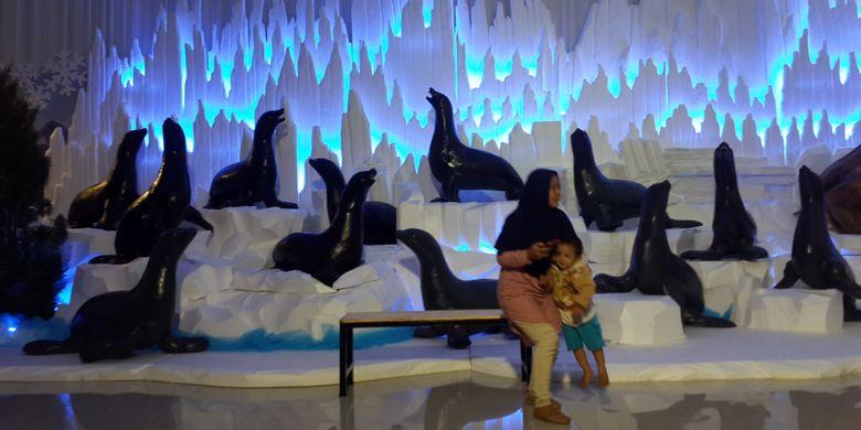 Wisatawan saat berada di salah satu photobooth Malang Snow Paradise, Hawai Water Park, Kamis (7/12/2017).