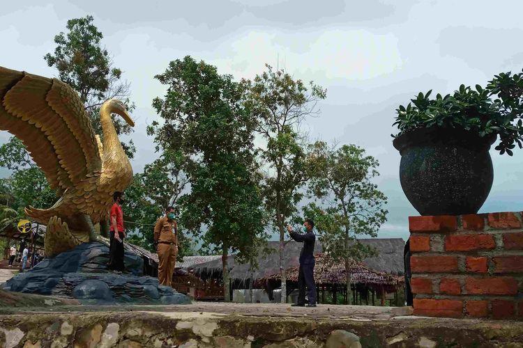 Pengunjung berfoto di tugu Angsa Emas, Tanjung Gunung, Bangka Tengah, Selasa (15/12/2020).
