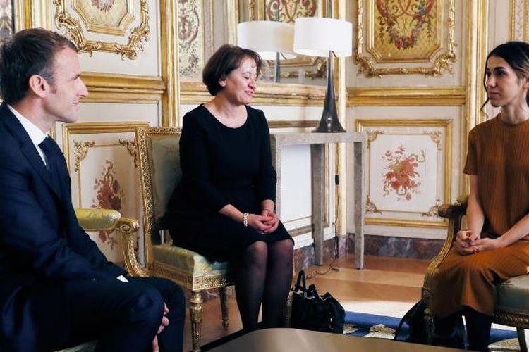 Presiden Perancis Emmanuel Macron (kiri) berbicara dengan Peraih Nobel Perdamaian 2018 Nadia Murad Basee Taha (kanan), selama pertemuan di istana Elysee di Paris,Kamis (25/10/2018). (AFP/POOL/Etienne Laurent)