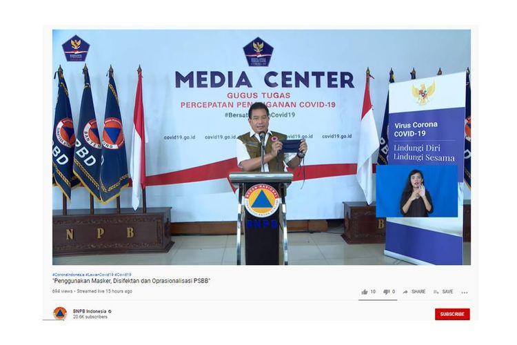 Ketua Tim Pakar Gugus Tugas Percepatan Penanganan Covid-19, Prof. Wiku Adisasmito, menunjukkan masker kain 3 lapis yang bisa digunakan masyarakat sebagai salah satu langkah pencegahan tertular virus corona.