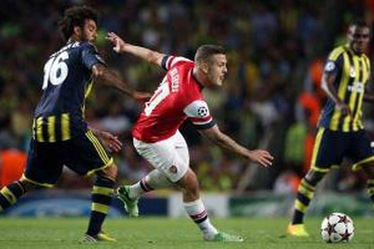 Gelandang Arsenal, Jack Wilshere (2 dari kiri), berebut bola dengan pemain Fenerbahce asal Brasil, Cristian Baroni, dalam laga leg kedua play-off Liga Champions di Emirates Stadium, Selasa (27/8/2013). Arsenal menang 2-0.