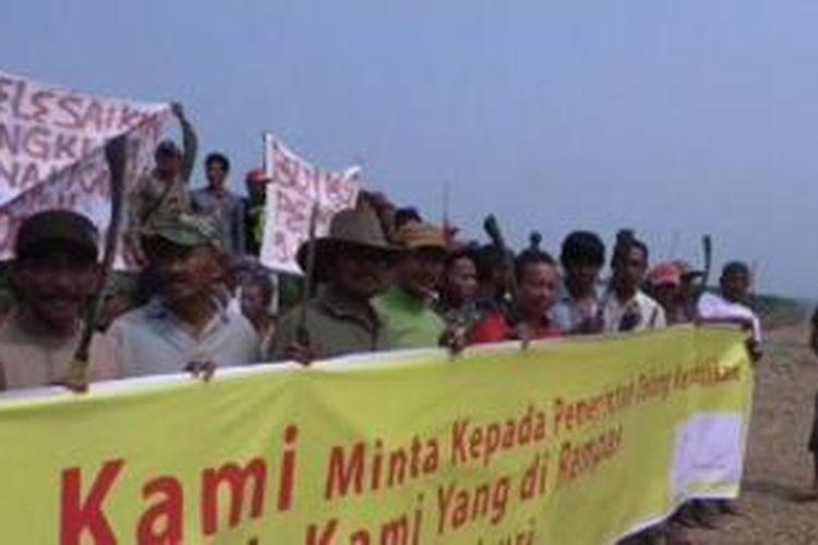 Warga Nagan Raya, Aceh Barat melakukan unjuk rasa dan mengancam akan memboikot Pemilu jika sengketa tanah tidak segera diselesaikan oleh pemerintah.