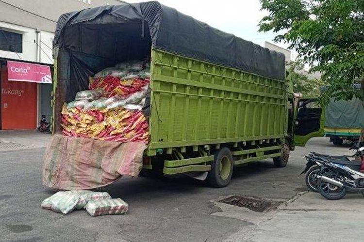 truk bawa kebutuhan pokok