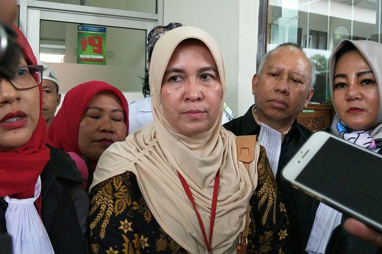 Terdakwa Asma Dewi seusai membacakan nota pembelaan atau pleidoi dalam persidangan di Pengadilan Negeri Jakarta Selatan, Selasa (20/2/2018).