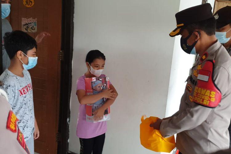 Kapolsek Kembangan Kompol Khoiri memberikan vitamin dan mainan kepada warga negara (WN) Palestina yang terpapar Covid-19 di wilayah Srengseng, Jakarta Barat, pada Kamis (10/6/2021)