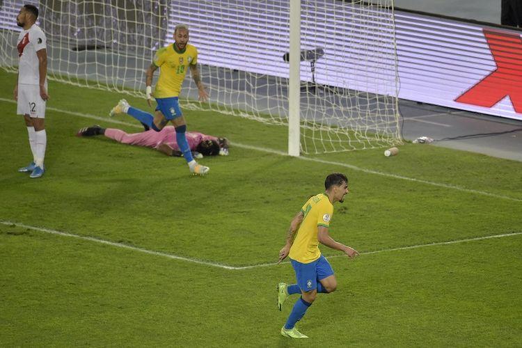 Pemain Brasil Lucas Paqueta (kanan) berselebrasi usai mencetak gol ke gawang Peru memanfaatkan assist Neymar dalam pada semifinal Copa America 2021 di Stadion Nilton Santos di Rio de Janeiro, Brasil, pada 5 Juli 2021.