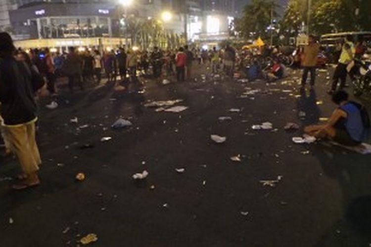 Serakan sampah di Bundaran HI. Sabtu (22/6/2013) malam.