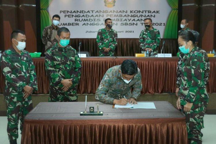 PT Wijaya Karya (Persero) melakukan penandatanganan kontrak baru strategis pembangunan rumah dinas prajurit TNI Angkatan Darat (AD).