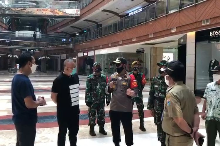 Kapolsek Kebayoran Lama, Kompol Indra Ranudikarta beserta jajaran TNI dan Pemkot Jakarta Selatan memeriksa kesiapan Pondok Indah Mall sebelum buka tanggal 15 Juni mendatang, Kamis (11/6/2020)