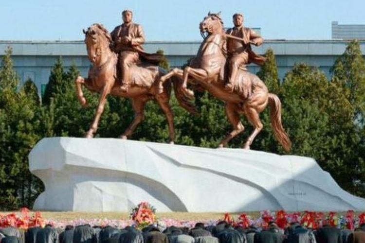 Patung Kim Il Sung dan Kim Jong Il tengah menunggang kuda di kawasan Mansudae, Pyongyang, Korea Utara.
