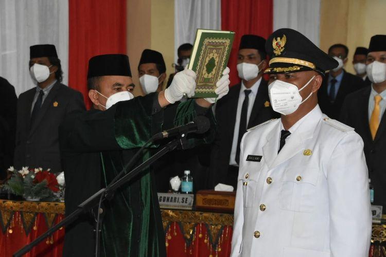 Suasana pengambilan sumpah kepada Wakil Bupati Bener Meriah, Dailami, yang dilakukan di ruang sidang DPRK Bener Meriah, Aceh, Jumat (12/3/2021)