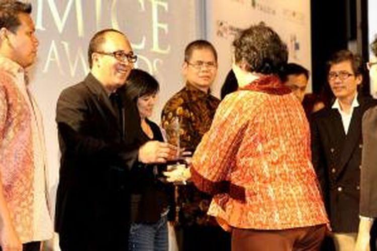 Pemberian penghargaan The Best Budget Hotel kepada Amaris Hotel dilakukan oleh Santi Palupi kepada Guido Andriano selaku Corp. Director of Sales & Marketing Santika Indonesia Hotels & Resorts.