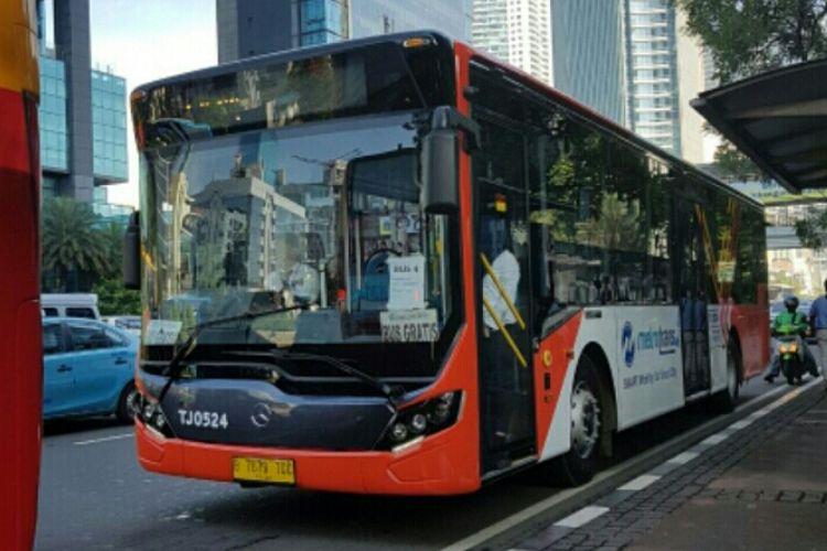 Bus Transjakarta berlantai rendah atau low deck yang mulai dioperasikan pada Senin (20/11/2017)