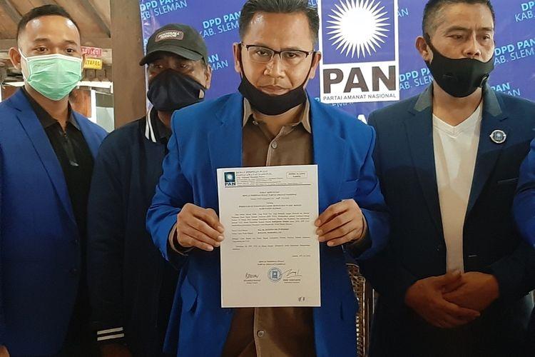Sekretaris DPD PAN Sleman, Ari Kurniawan saat menunjukan SK DPP PAN yang menyetujui pasangan Kustini Sri Purnomo dan Danang Maharsa maju dalam pilkada Sleman