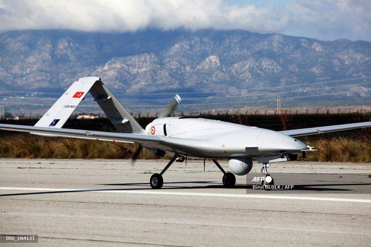 Drone Bayraktar TB2 buatan Turki difoto pada 16 Desember 2019 di pangkalan udara militer Gecitkale dekat Famagusta di Republik Turki Siprus Utara (TRNC) yang memproklamirkan diri. Pesawat tnirawak tersebut dikirim ke Siprus utara di tengah meningkatnya ketegangan atas kesepakatan Turki dengan Libya yang memperpanjang klaimnya ke Mediterania timur yang kaya gas.
