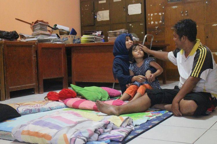 Destria Wibowo (42) penjaga SDN III Karawang Wetan yang tibggal di ruang guru
