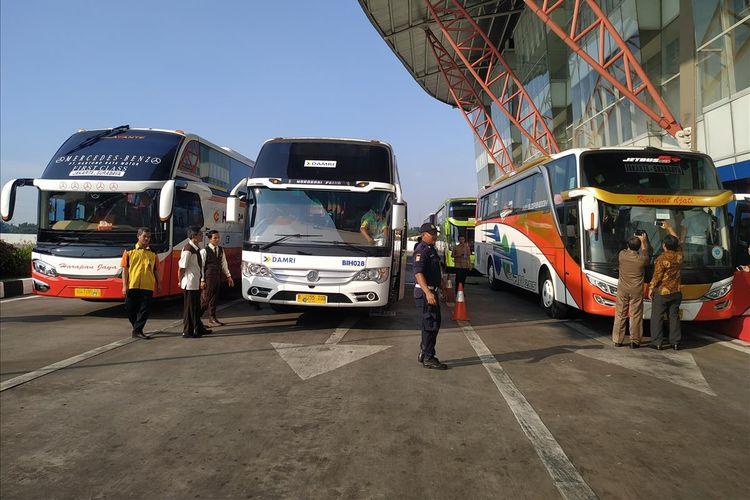 Staf Ahli Menteri Perhubungan Bidang Logistik dan Multimoda Kemenhub, Cris Kuntadi melepas secara simbolis operasional perdana bus AKAP Tol Trans Jawa yang mengangkut pemudik ke Surabaya, Provinsi Jawa Timur, Senin (27/5/2019).