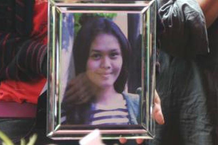 Mahasiwi Univeristas Bunda Mulia (UBM) Ade Sara Angelina Suroto (19) yang dibunuh mantan pacarnya dimakamkan di TPU Pondok Kelapa, Duren Sawit, Jakarta Timur. Jumat (7/3/2014).