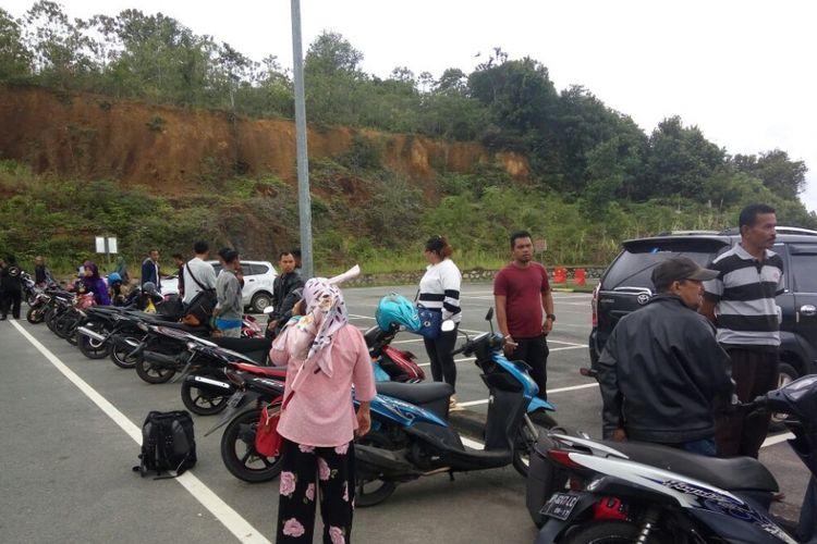 Sejumlah penumpang kembali harus menunggu untuk diberangkatkan ke Kabupaten Lingga karena saat ini cuaca di sekitar perairan Kabupaten Lingga dan bagian utara Kota Tanjungpinang tidak bersahabat.