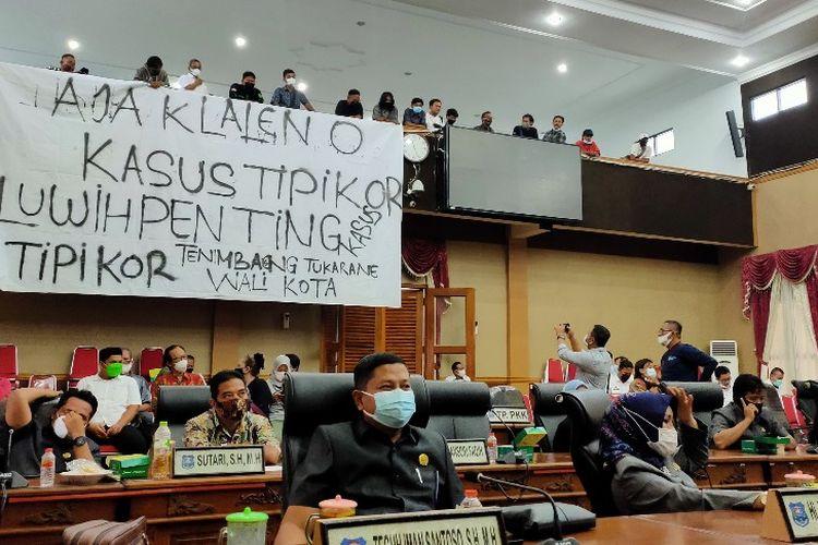 Mahasiswa membentangkan spanduk protes saat gelaran RDP di Gedung DPRD Kota Tegal, Rabu (3/3/2021).