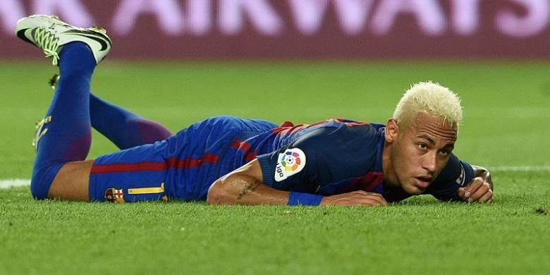 Ekspresi yang ditunjukkan Neymar setelah gagal mencetak gol untuk Barcelona dalam laga La Liga kontra Alaves di Stadion Camp Nou, Sabtu (10/9/2016) atau Minggu dini hari WIB.