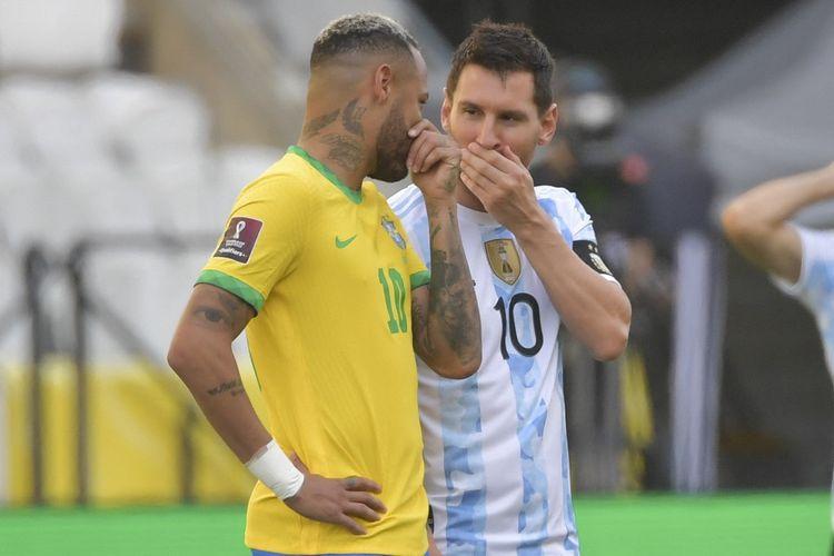 Pemain Brasil, Neymar, berbincang dengan bintang Argentina, Lionel Messi, dalam laga Kualifikasi Piala Dunia 2022 di Neo Quimica Arena yang tiba-tiba harus tertunda pada 5 September 2021.