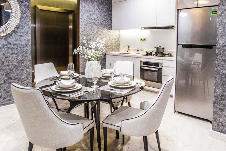 Meja kaca lingkaran yang fleksibel sekaligus elegan, ruang makan karya Samitrayasa