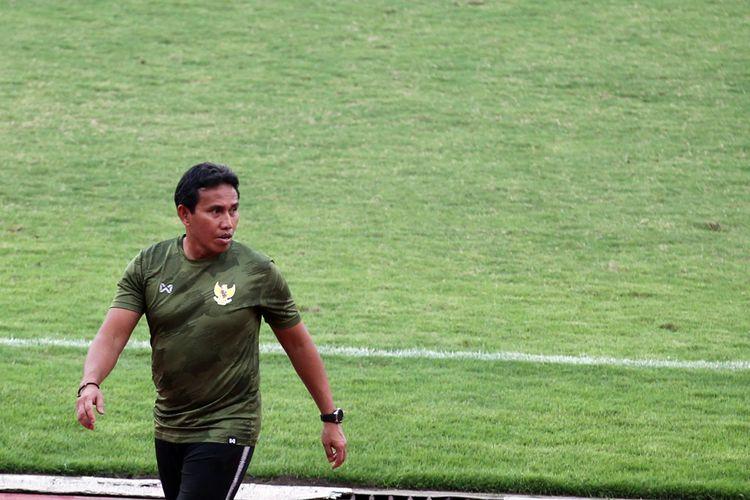 Pelatih Timnas U16 Indonesia, Bima Sakti, bereaksi seusai ujicoba melawan tim juara Soreatin U17 2019, PSBK Blitar, yang berakhir dengan skor 5-1 di Stadion Gelora Delta Sidoarjo, Jawa Timur, Kamis (23/01/2020) sore.