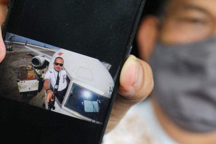 Sumarzen Marzuki menunjukkan foto putra bungsunya Fadly Satrianto yang bekerja sebagai Co-Pilot di maskapai penerbangan Nam Air, anak perusahaan Sriwijaya Air.