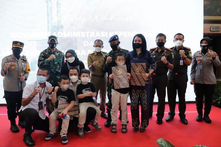 Sejumlah keluarga kru kapal KRI Nanggala-402 menerima dokumen adminduk dan tali asih dari Pemerintah Kota Surabaya di Balai Kota Surabaya, Senin (10/5/2021).