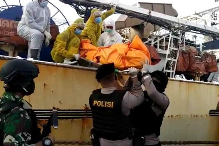 Tim gabungan saat mengevakuasi jasad almarhum Hasan Afriandi, WNI yang bekerja di kapal berbendera China Lu Huang Yuan Yu 118 yang sempat disimpan di freezer karen tewas saat kapal berada ditengah laut.
