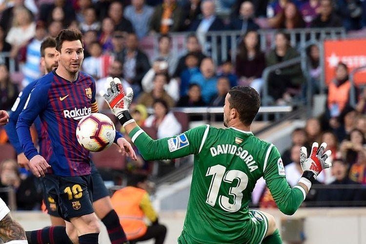 Lionel Messi mencoba menaklukkan David Soria pada pertandingan Barcelona vs Getafe dalam lanjutan Liga Spanyol di Stadion Camp Nou, 12 Mei 2019.