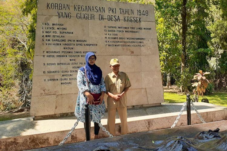 Inilah pasangan suami istri, Yanto Eko Cahyono dan Puji Sartomartuti saat mendatangi Monumen Kresek (Monumen Kekejaman PKI) yang berada di Desa Kresek, Kecamatan Wungu, Kabupaten Madiun, Jawa Timur, Selasa (0/10/2019). Yanto bersama istrinya mencari keberadaan makam kakeknya, Insp Pol Suparbak yang menjadi korban pembantaian PKI tahun 1948 di Madiun.