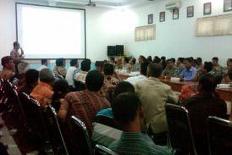 78 pimpinan gereja seluruh Kabupaten Jember, Jawa Timur, serta instansi terkait, saat menghadiri rapat koordinasi persiapan pengamanan Natal di Mapolres Jember, Senin (16/12/13)