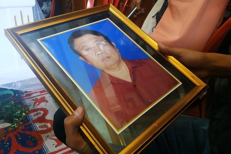 HP (60), pria yang ditemukan tewas dengan luka bakar di dalam mobil di Rawalumbu, Bekasi.