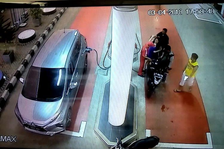 Tayangan CCTV memperlihatkan konsumen yang memukul petugas SPBU di Bekasi, Selasa (3/4/2018).