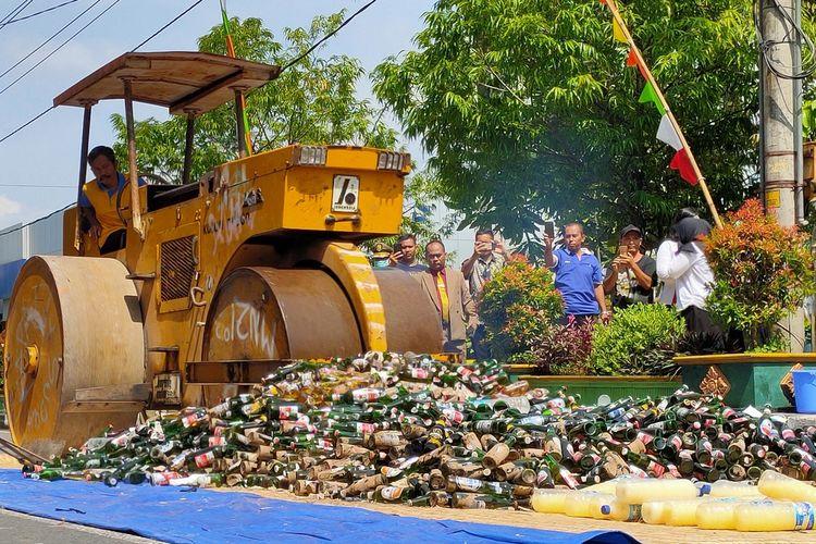 Satpol PP DIY musnahkan lebih dari 3.200 botol miras dan oplosan yang digaruk dari berbagai wilayah di DI Yogyakarta. Pemusnahan berlangsung di depan kediaman Bupati Kulon Progo usai upacara hari Satpol PP.