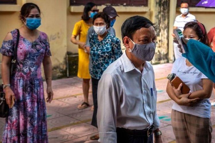 Dalam foto yang diambil di ibu kota Vietnam, Hanoi, orang-orang yang baru dari Da Nang mendapatkan tes Covid-19 setelah terjadi lonjakan kasus di sana.