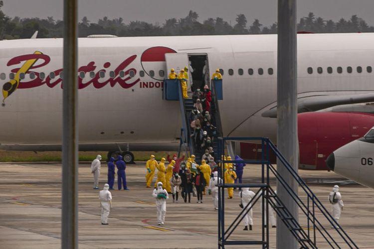 Boeing Batik Air A330-300 yang membawa warga negara Indonesia yang dievakuasi dari kota Wuhan, Cina, tiba di bandara Batam, Indonesia, 02 Februari 2020  EPA-EFE/STR