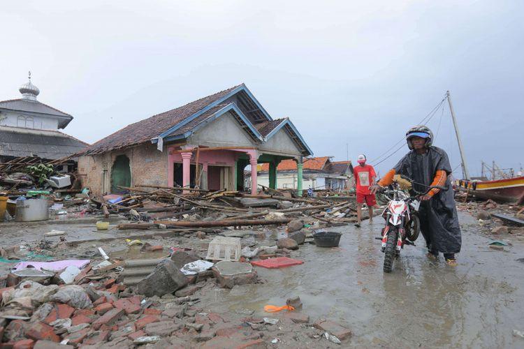 Suasana di Pasar Ikan Desa Sumberjaya, Sumur, Pandeglang, Banten, yang luluh lantak pasca-bencana tsunami, Senin (24/12/2018). Sumur pesisir merupakan salah satu daerah dengan kerusakan terparah akibat terjangan tsunami Selat Sunda.