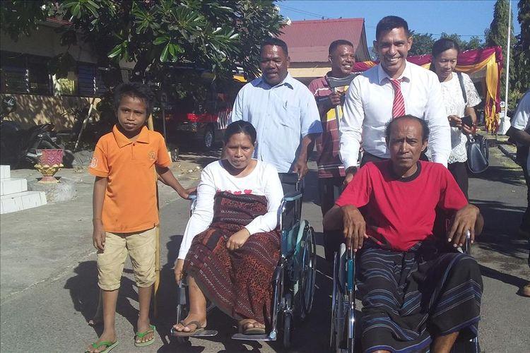 Foto :Quido Van Areso dan Yoventa Timbu menangis saat menerima kursi roda dari Polda NTT di halaman Polres Sikka, Rabu (10/7/2019).