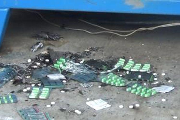 Obat-obatan kedaluwarsa masih berserakan di sekitar insenerator pasca-pemusnahan obat-obatan itu di Rumah Sakit Umum Daerah Gunungsitoli, Jumat (12/12/2014).