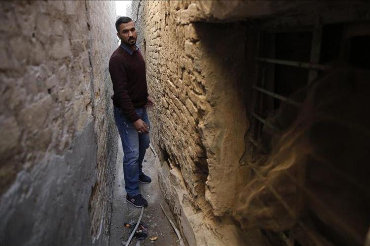 Seorang warga Irak berjalan melalui gang tersempit di Baghdad yang hanya memiliki lebar 30 sentimeter.