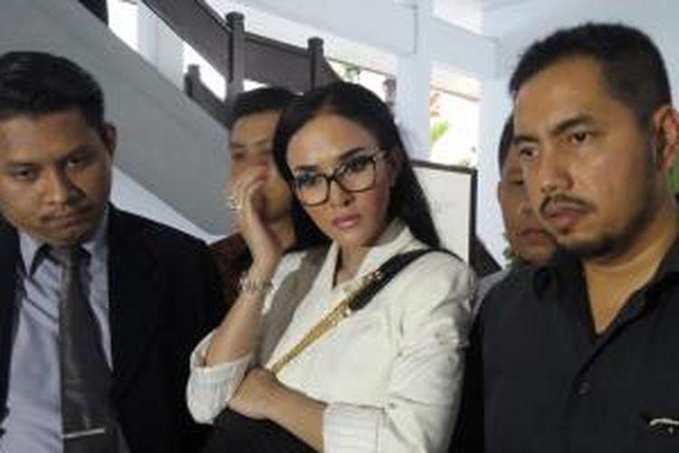 Artis peran Cynthiara Alona didampingi tim kuasa hukumnya usai sidang kasus penipuan investasi, di Pengadilan Negeri Tangerang, Selasa (5/5/2015).