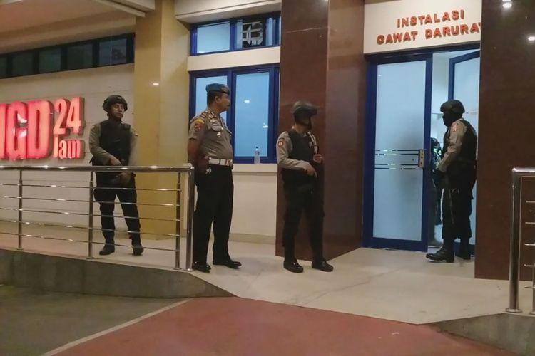 Sejumlah anggota Kepolisian Resor Cirebon melakukan penjagaan di depan ruang Unit Gawat Darurat RS Mitra Plumbon, Sabtu (28/8/2018) dini hari. Dua anggota PJR Polda Jabar ditembak Orang Tak Dikenal di kilometer 223-400 Tol Kanci Pejagan.